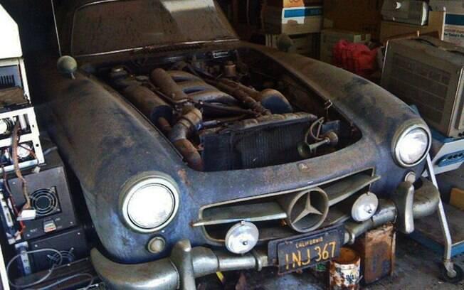 bem como o VW Fusca 64, um raro Mercedes-Benz 300 SL, ficou parado na garagem por vários anos. Nesse caso, 4 décadas