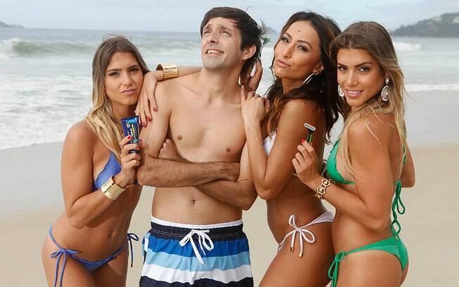 Sabrina Sato com as gêmeas Bia e Branca Feres em publicidade que pedia o fim dos pelos do peito masculino