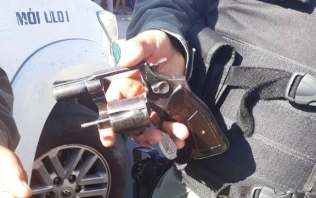 Arma utilizada por homem na tentativa de assalto ficou no local