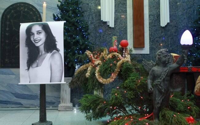 Gloria Perez Se Emociona Na Missa Dos 20 Anos Da Morte Da Filha