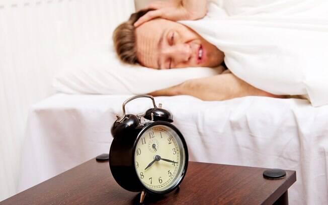 Homem atordoado com alarme