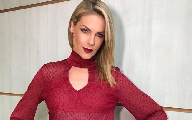 Ana Hickmann usando um look da sua marca