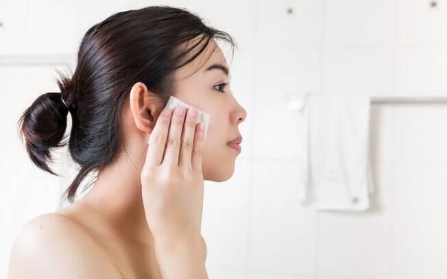 A loção tonificante ajuda a evitar a pele oleosa e deve ser usada como terceiro passo do ritual, após a limpeza e esfoliação