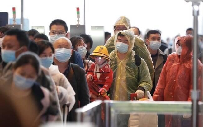 Pessoas em fila, em Wuham, na China