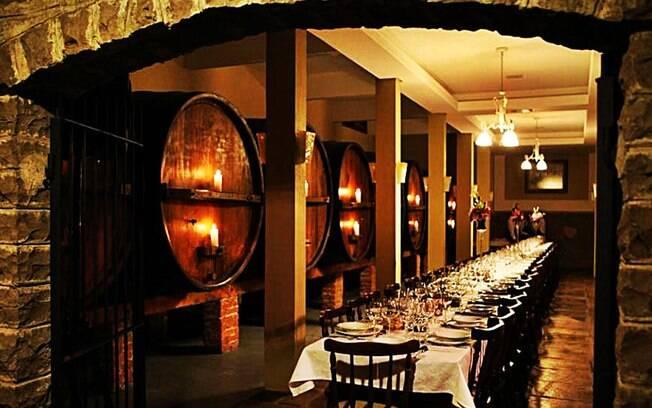 Os tonéis com bebidas também são parte da decoração nos restaurantes da Villa Valduga, em Bento Gonçalves. Foto: Divulgação