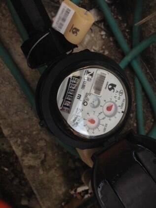 Ao girar para trás por causa do ar, hidrômetro do serralheiro Ademir foi de 0 para 999873