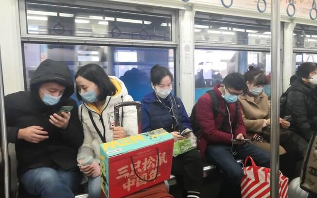 metrô na chine; usuários do metrô estão usando máscaras