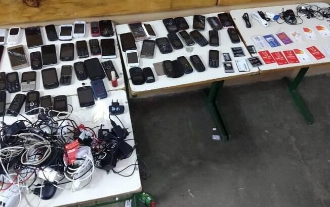 Agentes apreendem 54 celulares próximo a prisão de Hortolândia