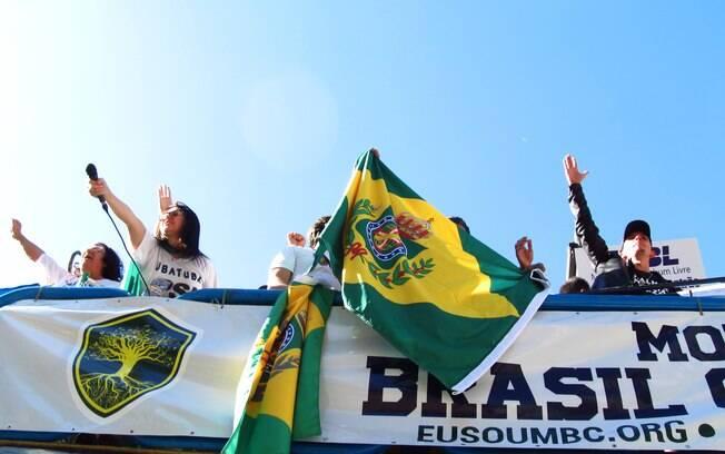 Bandeiras do império dividiam espaço com retratos de Olavo de Carvalho e do presidente Jair Bolsonaro