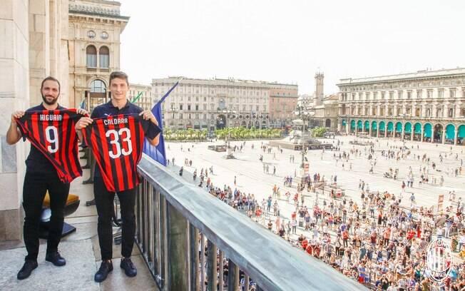 Higuaín e Caldara foram apresentados diante de vários torcedores na piazza del Duomo