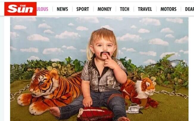 Foto de criança segurando arma de brinquedo