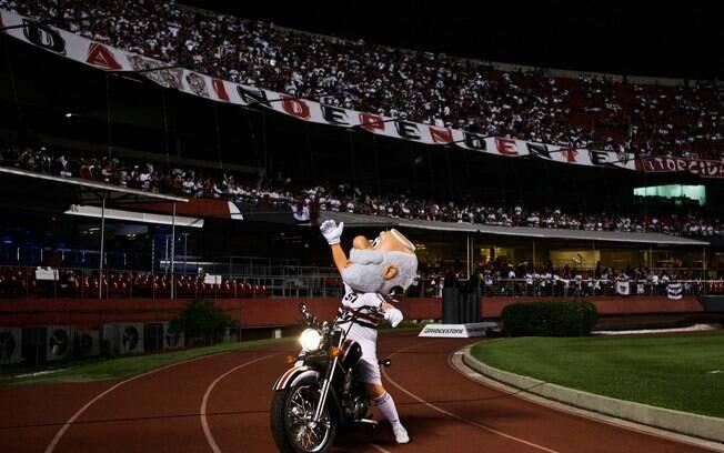 Mascote do São Paulo andou de moto no Morumbi  antes do jogo