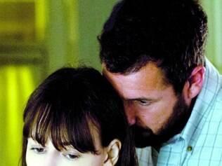 Adultério. Sandler e DeWitt vivem casal que usam a internet para fugir do casamento em crise