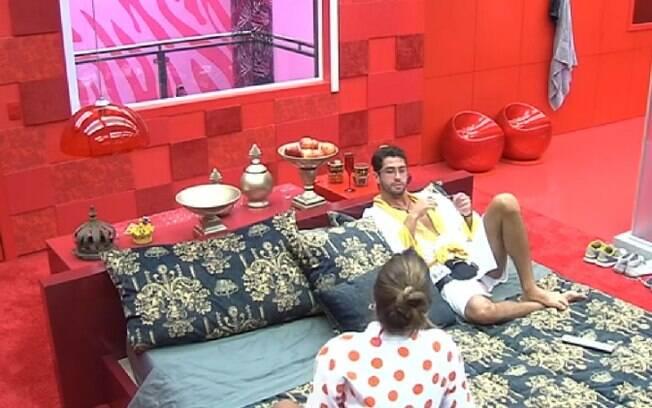 Angela pede que Marcelo volte a conversar com Clara e Vanessa