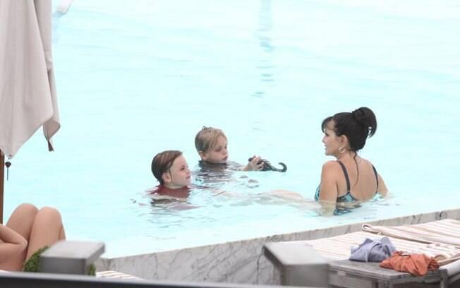 A mãe de Britney Spears brinca com os netos Sean e Jayden na piscina