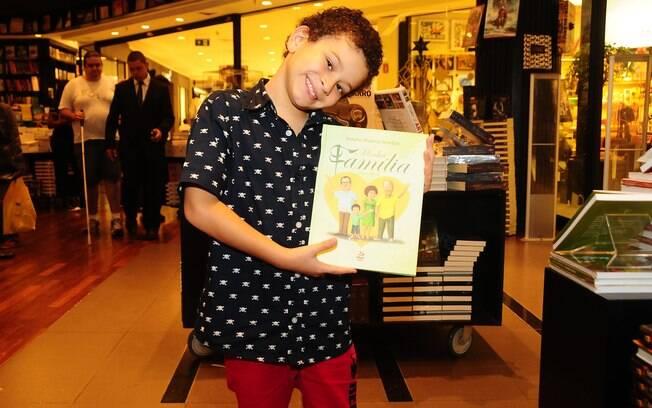 Antonio, de oito anos, conta no livro