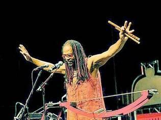 Babilak Bah prrtende levar enxada de 2 metros de altura ao palco