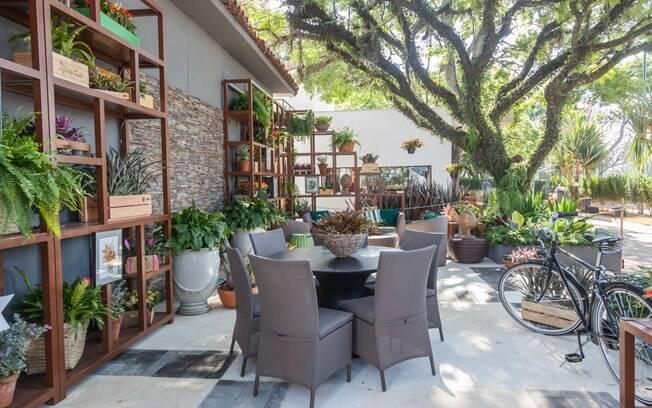 O paisagista Roberto Riscala buscou inspiração em um estrangeiro que acabou de fixar residência no Brasil para criar Varanda do Colecionador, ambiente que soma 50 m²