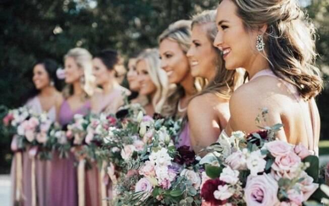 Entre as tendências de 2018 para vestidos de madrinha de casamento está a cor pantone
