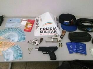 Polícia apreendeu armas e dinheiro com os bandidos
