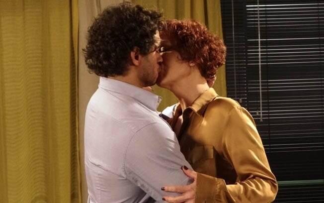 Esther surpreende Guaracy e lhe dá um beijo apaixonado