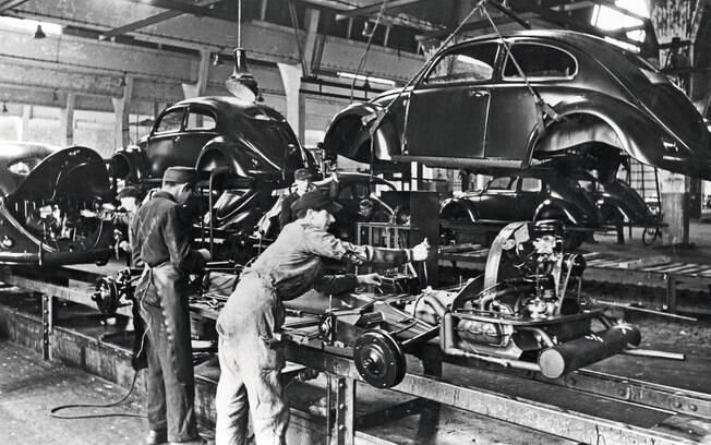 Linha de produção do mas já no ano seguinte a fábrica da Volkswagen era capaz de produzir até 1.000 automóveis por dia
