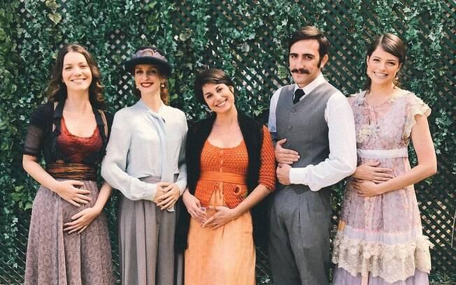 Nathália Dill posou em foto ao lado de colegas do elenco de
