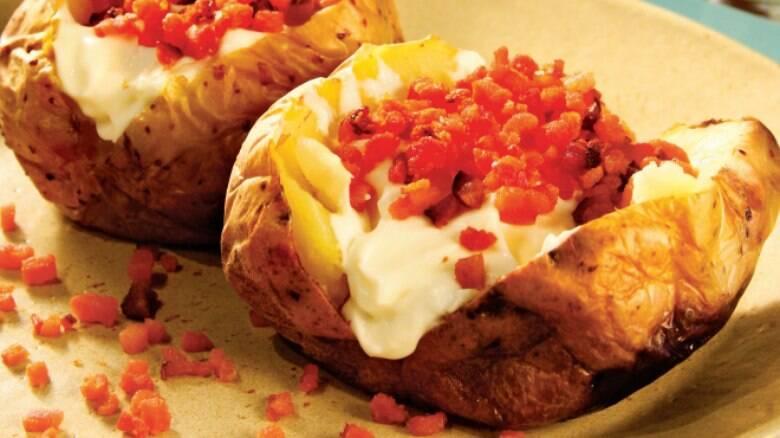 Batatas assadas com bacon e requeijão