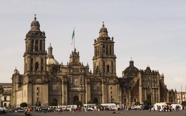 A Catedral Metropolitana e sua fachada barroca: uma cuidadosa obra de engenharia está em andamento para garantir os seus pilares
