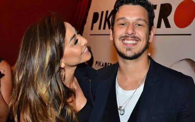 Sabrina Sato e o namorado, o humorista João Vicente de Castro, chegam para a inauguração de Pikadero, casa de humor em São Paulo