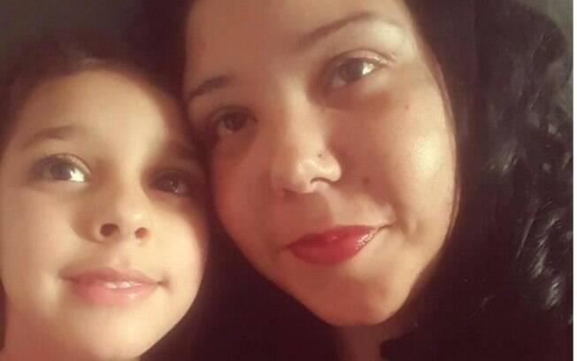 A mãe espera que o problema diminua quando a filhar crescer