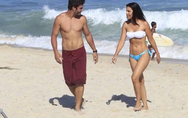 Mariana Rios e Thiago Rodrigues gravam novela em praia carioca
