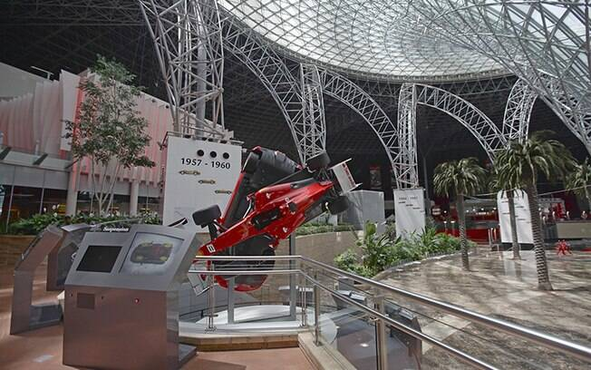 O Ferrari World é passeio ideal para amantes de carro