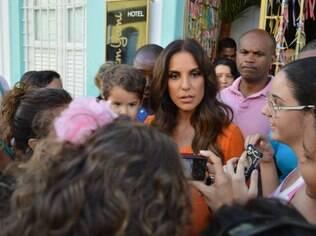 Ivete Sangalo é cercada por fãs no centro histórico de Salvador