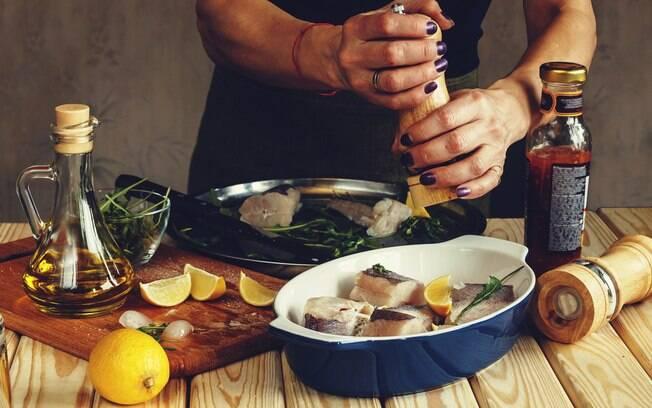 homem cozinhando um peixe