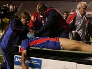SP - SÃO CAETANO/SÃO PAULO - ESPORTES - O zagueiro do São Caetano, Serginho, é retirado do campo pela equipe médica após sofrer parada cardiorrespiratória aos 15 minutos do segundo tempo, na partida contra o São Paulo, realizada nesta quarta-feira, no estádio do Morumbi.27/10/2004 - Foto: PAULO PINTO/AGÊNCIA ESTADO/AE