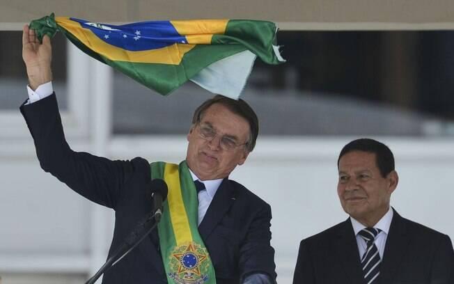 Jair Bolsonaro agita bandeira durante seu discurso como presidente