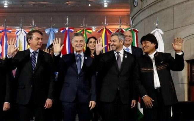 Bolsonaro se incomoda por Evo Morales levantar a mão esquerda