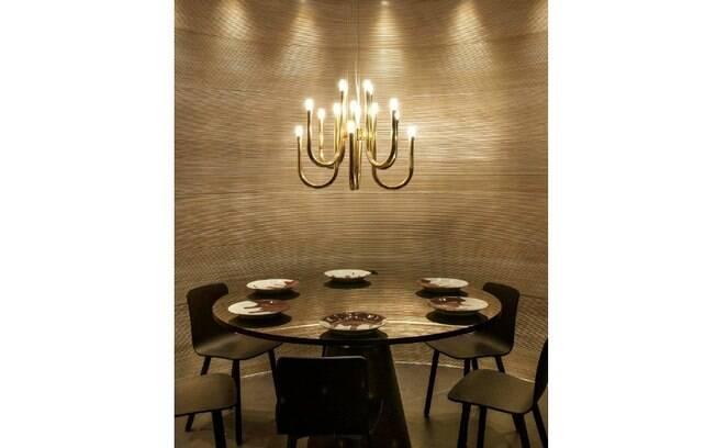 O dourado está presente até mesmo no lustre Baccarat da sala de jantar da arquiteta Brunete Fraccaroli