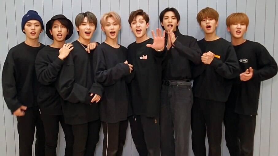 Da esquerda pra a direita:  Minho, Jisung, I.N., Felix, Bangchan, Hyunjin, Seungmin e Changbin