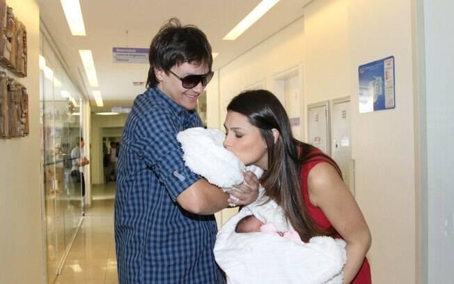 Natália Guimarães beija a filha