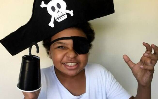 Faça o chapéu e o tapa olho de feltro e use um copo para a mão do pirata