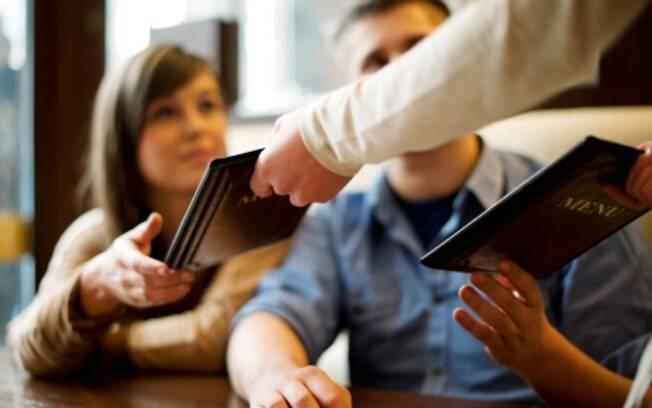 No restaurante, a falta de contato visual e a mania de ficar no smartphone arruinam as chances de um atendimento simpático