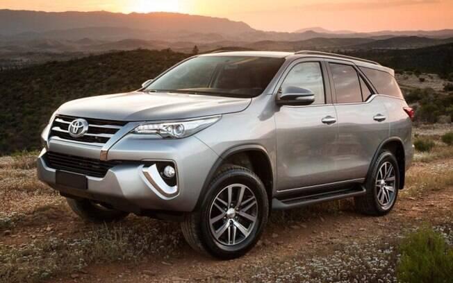 Toyota SW4 fica mais equipada e ganha novas versões da linha 2018 do utilitário esportivo feito na Argentina