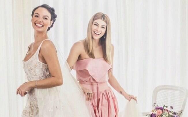 Isis Valverde ostenta vestido de noiva ao lado de Helô Rocha