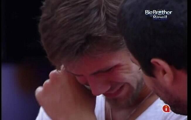 Jonas chora ao lembrar da família