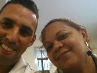 Sueli Domingos, 39 anos, ao lado do marido Adriano Jose Domingos, 32 anos. Ela faz todas as tarefas do lar