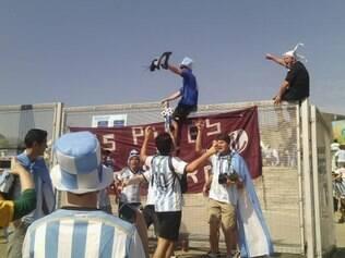 Sem ingressos, torcedores argentinos sobem nas grades na porta do Mineirão