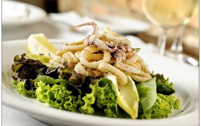 Foto da receita Salada verde com lulas douradas pronta.