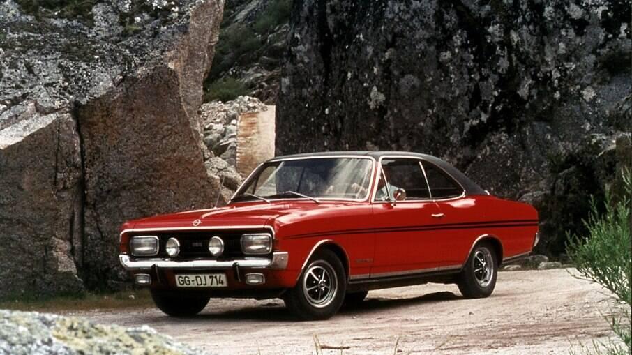 Opel Commodore GS/E: versão esportiva vem com faróis auxiliares de milha e faixas decorativas na carroceria